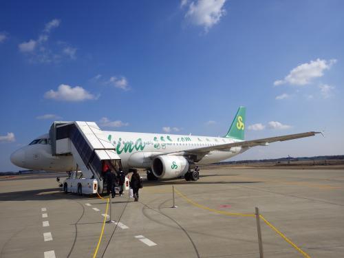 以前から乗ってみたかった上海〜関西間のフェリー。今回は、格安系航空会社の春秋航空で上海に行き、帰路で上海港神戸港行きのフェリー「新鑑真」を利用してきました。<br />その1は、東京駅〜茨城空港〜上海浦東国際空港の道中と、上海市内の豫園と外灘を散歩したちょこっと滞在記です。<br /><br />◆行程---------------------------------------------<br />2/6(金)<br /> 【空港バス】関東鉄道バス 東京駅 9:20→11:00 茨城空港<br /> 【航空機】春秋航空9C8988 茨城IBR 13:20→15:40 上海PVG<br />  ★上海市内観光(豫園、外灘)<br />  ■イビス上海豫園 泊<br />2/7(土)<br /> 【フェリー】新鑑真 上海港 12:30→(翌々日着) <br />  ■新鑑真船内 泊<br />2/8(日)<br />  ■新鑑真船内 泊<br />2/9(月)<br /> 【フェリー】新鑑真 →9:30 神戸港 <br /><br />◆費用---------------------------------------------<br />【航空機】<br /> 春秋航空(9C)IBR-PVG片道 公式WEBから購入<br />  エコノミークラス P1クラス<br />  6,800円+TAX諸費6,020円=12,820円/人<br /><br />【フェリー】<br /> 日中国際フェリー新鑑真 上海港−神戸港間<br />  2等洋室 20,000円+燃油2,000円=22,000円/人 (日本円で支払い可能、カード不可)<br />      又は1,300元+燃油150元<br /><br />【ホテル】<br /> イビス上海豫園 公式WEBから予約<br />  1泊ツイン1室 259元+40元※=299元<br />  ※:当日、窓なし部屋から窓あり部屋に有償アップグレード<br /><br />---------------------------------------------------<br />2015茨城空港から上海&新鑑真で船上2泊3日の旅(その1・茨城発春秋航空利用編)<br />http://4travel.jp/travelogue/10983059<br /><br />2015茨城空港から上海&新鑑真で船上2泊3日の旅(その2・フェリー新鑑真編)<br />http://4travel.jp/travelogue/10984404