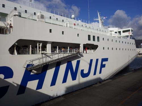以前から乗ってみたかった上海〜関西間のフェリー。今回は、格安系航空会社の春秋航空で上海に行き、帰路で上海港神戸港行きのフェリー「新鑑真」を利用してきました。<br />その2は、上海港・神戸港行きのフェリー「新鑑真」2泊3日の乗船記です。<br /><br />◆行程---------------------------------------------<br />2/6(金)<br /> 【空港バス】関東鉄道バス 東京駅 9:20→11:00 茨城空港<br /> 【航空機】春秋航空9C8988 茨城IBR 13:20→15:40 上海PVG<br />  ★上海市内観光(豫園、外灘)<br />  ■イビス上海豫園 泊<br />2/7(土)<br /> 【フェリー】新鑑真 上海港 12:30→(翌々日着) <br />  ■新鑑真船内 泊<br />2/8(日)<br />  ■新鑑真船内 泊<br />2/9(月)<br /> 【フェリー】新鑑真 →9:30 神戸港 <br /><br />◆費用---------------------------------------------<br />【航空機】<br /> 春秋航空(9C)IBR-PVG片道 公式WEBから購入<br />  エコノミークラス P1クラス<br />  6,800円+TAX諸費6,020円=12,820円/人<br /><br />【フェリー】<br /> 日中国際フェリー新鑑真 上海港−神戸港間<br />  2等洋室 20,000円+燃油2,000円=22,000円/人 (日本円で支払い可能、カード不可)<br />      又は1,300元+燃油150元<br /><br />【ホテル】<br /> イビス上海豫園 公式WEBから予約<br />  1泊ツイン1室 259元+40元※=299元<br />  ※:当日、窓なし部屋から窓あり部屋に有償アップグレード<br /><br />---------------------------------------------------<br />2015茨城空港から上海&新鑑真で船上2泊3日の旅(その1・茨城発春秋航空利用編)<br />http://4travel.jp/travelogue/10983059<br /><br />2015茨城空港から上海&新鑑真で船上2泊3日の旅(その2・フェリー新鑑真編)<br />http://4travel.jp/travelogue/10984404