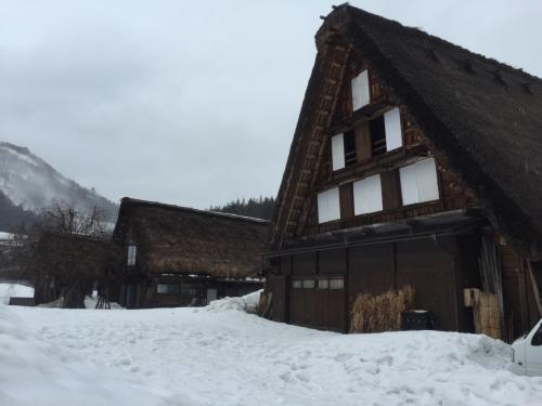 隣接県ながら一度も行ったことがなかった白川郷を初めて訪れました。また泊まりは飛騨古川の老舗旅館「八ツ三館」に宿泊。ここも、ずっと前から是非一度泊まってみたかった旅館でしたが、今回の旅行でようやくそれが実現しました。歴史を感じさせる落ち着いた雰囲気のお宿で心身共にゆったりと寛ぐことのできた一晩でした。翌日は古川を少し散策した後、高山へ。古い町並みを散策してから飛騨牛ミンチカツの昼食が美味しかったです。世界遺産と老舗旅館とグルメも満喫の1泊2日でした!<br />(※この旅行記は現在作成中です。少しずつ写真を追加していくつもりです。)<br /><br />☆旅の情報収集はBon Voyage!(ボン・ボヤージュ)<br /> http://bon-voyage.travel.coocan.jp/<br /><br />☆旅のPhotoレポート<br /> http://bon-voyage.travel.coocan.jp/report.htm<br /><br />☆管理人が泊まった!おすすめホテル・旅館<br /> http://bon-voyage.travel.coocan.jp/osusume.html<br /><br />☆旅して泊まってリラックス♪<br /> http://plaza.rakuten.co.jp/tabinoyado/