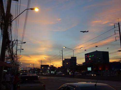 人が動くGWなんぞは家にこもるタイプでしたが<br />「開放型消費」に向かうお年頃ゆえ、時間を有効に<br />使うことにしました。<br /><br />関西からラオスに行くにはベトナム航空を使うのが<br />一番効率いいのはわかっているのですが、どうしても<br />数年前のトラウマがあって、あえてTGにしてみた。<br />ビエンチャンに当日中に着くことができるものの、<br />夜遅くなるため、およびひとりなので、実は慎重派の<br />わたくしとしては、初めての土地に暗くなってから着く<br />のは避けたい。ということで、バンコクで1泊してから<br />翌朝便で向かうことにしました〜。<br />ホントはルアンパバンに行きたかったけど、TGの本数<br />少なくて、まずは首都ビエンチャンへ!<br /><br />バンコクといってもスワンナプーム空港のすぐ<br />近くなので、ホントに空港周辺ステイのみです(^_^;)。<br /><br />それにしても・・・バーツ高だわ(-_-;)…<br /><br />(ビエンチャンからUPします)<br />