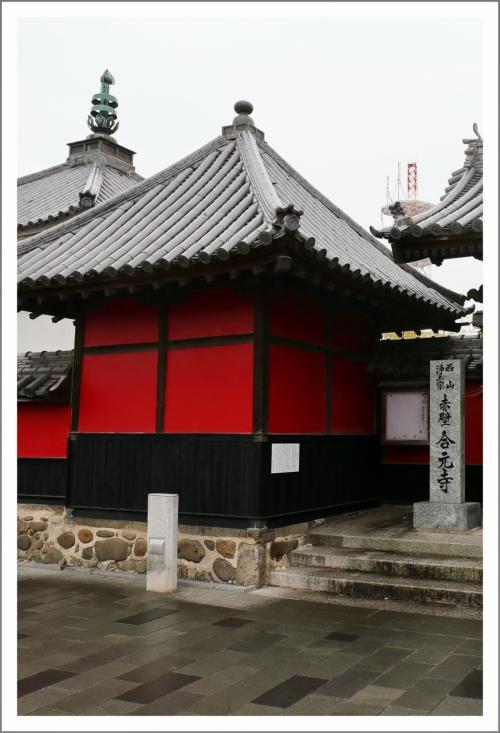 Solitary Journey [1588] 深紅に塗られた壁はひときわ強烈な印象を与え、赤壁寺とよばれています。<合元寺・中津城>大分県中津市