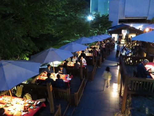 2015社員旅行で東山温泉泊まり(3_原瀧で川床の夕食)
