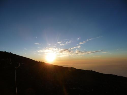 ひとり富士登山でしたが、多くの素敵な出会いがあり、たくさんお喋りして楽しい時間でした。<br />天候にも恵まれて、美しいご来光を拝む事ができました。<br /><br />7/26(日)<br />新宿高速バス:1451 1号車 6:40発車→富士山五合目(スバルライン)ぴったり9:05着→レストハウス屋上で早昼飯→五合目出発 10:20→安全指導センター 10:53→六合目(休業中)11:00→七合目(2700m)花小屋 11:49→日の出館11:52→トモエ館 11:57→鎌岩館 12:06→富士一館 12:07/12:15→鳥居荘 12:25→東洋館 12:34→八合目 太子館 13:00/13:10(珈琲)→蓬莱館 13:17→白雲荘 13:37→元祖室 13:53→本八合目富士山ホテル 14:20 夕食16:00 富士山ホテル泊<br /><br />7/27(月)<br />午前1時起床 行動食を摂り、2:10過ぎ山頂へ出発→→3:35山頂久須志神社着→山口屋さん内 甘酒→御来光→御鉢巡り一周出発→久須志社社→本八合目へ戻る6:13富士山ホテルで朝食→下山開始 7:20→安全センター8:29→六合目(休業中)8:40→五合目 8:53着→河口湖行バス10:15→タクシーにてふじやま温泉→ハイランドバスステ一ション13:48発→新宿16時着