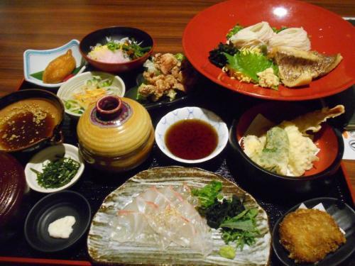 弾丸海外の旅とか、マニアックな国内の旅を好む私ですが、<br /><br />たまには「ベタ」(関西芸人がいうところの定番中の定番の意)<br /><br />な郷土料理を食することがあります。<br /><br />今回は、愛媛県の「宇和島鯛めし&鯛そうめん&ふくめん&今治せんざんき<br /><br />&ジャコカツ」をご紹介します。松山での仕事のついでに訪れました。<br /><br /><br />★「ベタ」な郷土料理シリーズ<br /><br />あんこう鍋(茨城)<br />http://4travel.jp/traveler/satorumo/album/10435999/<br />白石温麺(宮城)<br />http://4travel.jp/traveler/satorumo/album/10530961/<br />ほっきめし(宮城)<br />http://4travel.jp/travelogue/10865730<br />深川丼(東京)<br />http://4travel.jp/travelogue/10876845<br />江戸蕎麦(東京)<br />http://4travel.jp/travelogue/10879052<br />お好み焼き(大阪)<br />http://4travel.jp/travelogue/10883258<br />どぜう鍋(東京)<br />http://4travel.jp/travelogue/10902556<br />へぎそば(新潟)<br />http://4travel.jp/travelogue/10912408<br />牛鍋(神奈川)<br />http://4travel.jp/travelogue/10913116<br />品川めし(東京)<br />http://4travel.jp/travelogue/10919410<br />柳川鍋(東京)<br />http://4travel.jp/travelogue/10929908<br />稲庭うどん(秋田)<br />http://4travel.jp/travelogue/10940200<br />耳うどん&大根そば(栃木)<br />http://4travel.jp/travelogue/10964395<br />ザンギ(北海道)<br />http://4travel.jp/travelogue/10982097<br />ます寿司(富山)<br />http://4travel.jp/travelogue/10983305<br />おやき(長野)<br />http://4travel.jp/travelogue/10986494<br />昆布締め(富山)<br />http://4travel.jp/travelogue/10990518<br />きりたんぽ(秋田)<br />http://4travel.jp/travelogue/10993870<br />皿そば(出石そば)(兵庫)<br />http://4travel.jp/travelogue/10996715<br />越前おろしそば(福井)<br />http://4travel.jp/travelogue/10997975<br />伊勢うどん&さんま寿司&赤福(三重)<br />http://4travel.jp/travelogue/11000289<br />讃岐うどん(香川)<br />http://4travel.jp/travelogue/11003802<br />はっと汁(岩手)<br />http://4travel.jp/travelogue/11010125<br />ラフテー&沖縄そば&ミミガー&ソーキ&ジューシー<br />&ジーマーミー豆腐&海ぶどう (沖縄)<br />http://4travel.jp/travelogue/11013318<br />ポーク玉子&中身汁&てびち汁(沖縄)<br />http://4travel.jp/travelogue/11015587<br />味噌煮込みうどん&名古屋コーチン (愛知)<br />http://4travel.jp/travelogue/11017241<br />桜えび&麦とろろ&黒はんぺん(静岡)<br />http://4travel.jp/travelogue/11020078<br />江戸前天ぷら(東京)<br />http://4travel.jp/travelogue/11022286<br />はりはり鍋&ガッチョのから揚げ(大阪)<br />http://4travel.jp/t