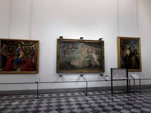 長い間、イタリアの美術館は写真撮影が禁止されていました。<br />ところが2014年秋、なんと!イタリアの美術館中で写真撮影が解禁されたのです!(いろいろ例外もあるようですが)<br />これは行くっきゃない!<br />そう思って急遽、マルタ旅行からイタリア旅行に変更することにしました。<br /><br />行ってビックリ!ほとんどの美術館、教会で写真撮影が解禁されていました。<br />もう涙ちょちょ切れる程の感動でした。<br /><br />まずはフィレンツェのウフィッツィ美術館から。<br />ウフィッツィでは写真、ビデオ共に大丈夫でした。<br /><br />追記<br />2016年秋に再びウフィッツィ美術館を訪れたので写真を追加、または変更しました。<br />鮮明な写真は2016年のもの、あまりよくないものは2015年に撮ったのものです。