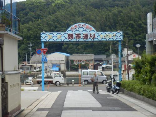 夏の終わりに佐賀県をまわった。いつもなら通りすぎるだけのまちだが、あらためてみなおしたら、結構穴場スポットも存在する。今回は70近くになる母と10才の息子の親子三代でこの穴場スポットを車で巡った。<br />福岡県行橋市からは高速を使って約3時間の道のり。まずは日本三大朝市と言われる呼子の朝市を目指すために朝6時過ぎに行橋の家を出発だ。