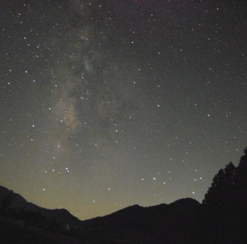 FBで誘われ8月8日に開催された「トンキラ農園天体観望のゆうべ」に参加したその翌週末、天体観望もさることながらトンキラ農園そのものに惹かれ、さらには築150年の古民家にも泊まってみたいとの願望もあり、さっそく具現化してみました。<br />旅の目的は、前述のとおり古民家に泊まること、南信州のグルメを満喫すること、星空を観ること、それに加えて名古屋グランパスの応援をすること!<br />阿智村浪合へは、お盆休み中の週末とあってところどころやや渋滞していたものの、名古屋市名東区の自宅からR153経由で約2時間、ちょうど良いドライブです。<br />浪合の古民家では、陽が落ちると期待していなかった満天の星空を眺められて感動!<br />日本一の星空の里の名に偽りなし!<br />南信州のグルメとともに我が軍も勝利し、近場ながらとても充実した旅となりました!<br /><br /><br />日本一の星空の里、阿智村浪合へ!<br />http://4travel.jp/travelogue/11048550