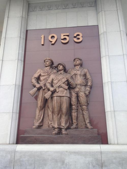 朝鮮戦争についての博物館。日本で聞いていたこととまるで違う説明がなされ、北朝鮮では朝鮮戦争がこう捉えられているのか、と目からうろこが落ちる思いだった。日本人&アメリカ人観光客にとっては必訪だと思う。<br /><br />戦争まわりの北朝鮮の主張は、どこに行っても一貫して下記。<br />・朝鮮戦争では、偉大な金日成主席の指導のもと、共和国(北朝鮮のこと)が大勝利を収めた。<br />・アメリカ、日本はひどい侵略をした。南朝鮮(国として認めていないため、韓国とは呼ばない)はアメリカの回し者。<br />・アメリカが自らの侵略欲のため、南北統一を阻んでいる。統一は我々の悲願である。<br />・共和国の軍の強さを、誇大なものも含め誇示(共和国軍がアメリカ軍を打ち破った、強いアメリカにとってこんな屈辱的なことは初めてというくだりが多い)<br /><br />歴史の授業では朝鮮戦争と言えば特需景気と習った。子供だった私は物事を一面的にしか捉えられなかったせいで、教わるがままに日本の景気が回復した素晴らしいものだというイメージを持っていた。だがこうして戦争という残酷なものを見せつけられると、これを「特需景気」といって、まるで良いものであることのように片づけるのは、なんとエゴに満ちて残酷なことだろうと感じた。
