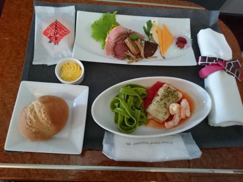 初の石垣島のはずでした!<br /><br />しかし、那覇に着いてから欠航が決まり、たった3時間程の自由時間を空港周辺で過ごすことになりました。<br /><br />女1人沖縄、日帰りの旅を綴ります。<br /><br />行きは羽田からのJALクラスJ<br />帰りはファーストでした。