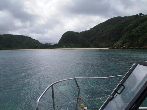 今年の夏の旅行は・・・青い空に、広がるビーチと夢見て計画した西表島の旅行。人生発の沖縄で期待が膨らみます。でも、天気予報には渦巻く雲の影が・・・。この季節、台風銀座の沖縄は悪天候のリスク一杯です。いっそのこと台風が近くに着て飛行機がキャンセルになればあきらめもつくんですが、この時はスレスレ一杯セーフでとにかく飛びたちます。さて、怪しい天候の西表旅行は何が待ち受けているのでしょう。