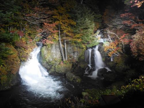 ライトアップされた竜頭の滝と日光の宿