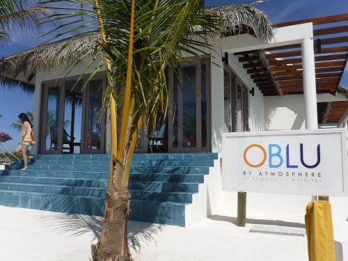 """北マーレ環礁のハウスリーフ抜群のリゾート、ヘレンゲリが<br />新しいブランド になり2015年11月にオープンしました!<br /><br />インド洋に2年前に展開し始めた """"アトモスフィア""""の<br />サブブランド """"OBLU(オーブルー)""""としてヘレンゲリが生まれ変わりました。<br /><br />外洋に位置し大物が来るハウスリーフに囲まれ、ダイバー、シュノーケラーに<br />お勧めのリゾート。すべてのヴィラはサンセットサイドに位置します。<br /><br />ビーチヴィラは、主にヨーロッパマーケットに販売日本を含むアジアマーケット<br />には、プール付水上ヴィラを販売しています。<br /><br />お食事は、現地での支払いを気にすることがないオールインクルーシブプランで<br />3食事、アルコールなどのお飲物、エクスカーションが2つついていて、料金も<br />リーズナブルな設定となっています。<br /><br />ダイビングセンターには日本人イントラ1名駐在。リゾート内にもゲストリレーションとして日本人スタッフ1名駐在予定なので、言葉の心配もなしで安心です。"""