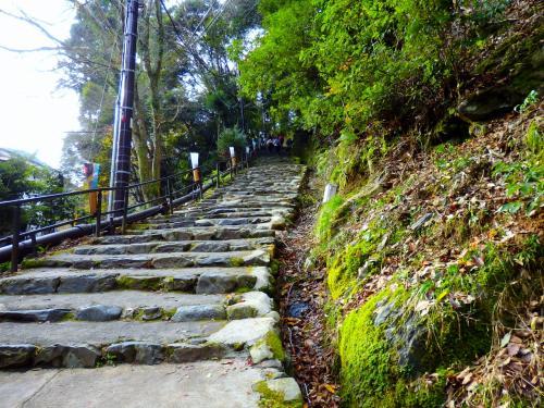 落葉踏みしめ名残の紅葉が待つ神護寺までの石段の参道をお散歩