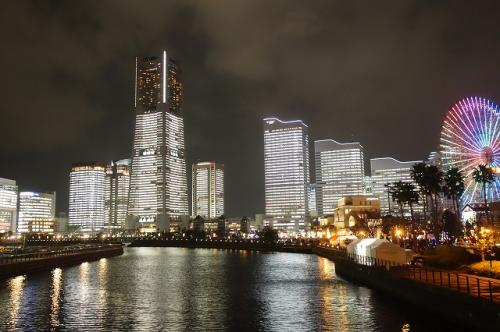 横浜のクリスマスイヴと言えば、みなとみらいの全館点灯。<br /><br />みなとみらい地区にある計21のオフィスビルが協力し、<br />みなとみらいの街全体をひとつのイルミネーションに見立てよう!<br />というイベントです。<br /><br /><br /><br />年にたった一度だけしかない、<br />一夜限定のスペシャルイベント。<br /><br />全館点灯の光輝くみなとみらいを様々な場所から見てみました。<br />