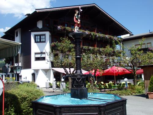 エルマウと言えば、オーストリア・チロルにあるエルマウともう一つ、ドイツのミッテンヴァルトの町からハイキングで1時間半ほど山奥に向かった処にも同じ名前の土地があるのを最近知りました。<br /><br />そのドイツのエルマウはサミットで各国首脳会議が開かれたことでは聞いてはいたものの、位置関係が今回初めてはっきりし、このチロルのエルマウと共に、訪れてみるのもいいかも!と思いつつ。。。<br /><br />取りあえずは、チロルの方のエルマウ村を散策します♪<br />カイザーの麓にある村の中ではゴイングやセルに比べると大きな町並みが広がります。<br />どこもお花が溢れ、美しい町並みと長閑な牧草地の風景、そして背後の岩山の組み合わせが素晴らしい所です♪<br /><br /><br />☆'.・*.・:★'.・*.・:☆'.・*.・:★'.・*.・:☆'.・*.・:★'.・*.・:☆'.・*.・:★'.・*.・:☆'.・*.・:★ <br /><br />【今回のスケジュールです。】<br /><br />7月14日 深夜便 ドバイ乗り継ぎでミュンヘンへ<br />7月15日 ミュンヘン空港着 列車でオーストリアのクーフシュタインへ<br />    〜16日 クーフシュタイン( Kufstein )泊<br />7月16日〜18日 ゼーフェルト( Seefeld )2泊<br />7月18日〜21日 キルヒベルク( Kirchberg in Tirol)3泊<br />7月21日〜23日 ゼル( Soll Dorf )2泊<br />7月23日〜25日 ゴイング( Going am Wilden Kaiser Dorf )2泊<br />7月25日〜29日 ビヒールバッハ( Bichlbach )4泊<br />7月29日〜31日 ミッテンヴァルト( Mittenwald )2泊<br />7月31日〜8月3日 ロイターシュ( Leutasch )3泊<br />8月 3日〜 5日 オーバーアマガウ 2泊<br />8月 5日〜 6日 ミュンヘン泊<br />8月 6日 帰国便へ<br />8月 7日 帰国<br /><br />