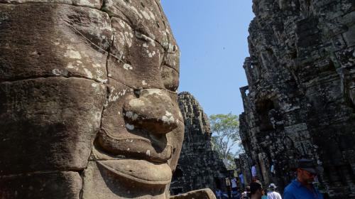 ひさびさの休暇なので、たまには東南アジアへでも。。。ということで生まれてはじめてのタイとカンボジアに行ってみました。中年のおっさんが一人でブラブラする旅なので、グルメやおしゃれスポット的な内容は一切ありません。<br /><br /><全旅程> ■は現在の行程<br /> 12/20 日本 -> バンコク<br />    http://4travel.jp/travelogue/11088700<br /> 12/21 バンコク->アユタヤ<br />    http://4travel.jp/travelogue/11089156<br /> 12/22 アユタヤ<br />    http://4travel.jp/travelogue/11089436<br /> 12/23 アユタヤ -> バンコク -> シェムリアップ<br />    http://4travel.jp/travelogue/11089583<br /> 12/24 プレア ヴィヘア/コー ケー/ベン メリア<br />    http://4travel.jp/travelogue/11089876<br /> 12/25 シェムリアップ、アンコール ワットと周辺遺跡<br />    http://4travel.jp/travelogue/11090334<br />■12/26 シェムリアップ、バイヨンと周辺遺跡<br />    http://4travel.jp/travelogue/11090334<br /> 12/27 シェムリアップ、バンテアイスレイ、チャウ スレイ ヴィヴォル、ロリュオス<br />    http://4travel.jp/travelogue/11091792<br /> 12/28 シェムリアップからバンコクへバス移動、スワンナブーム空港へ<br />    http://4travel.jp/travelogue/11092339<br /> 12/29 バンコク -> 帰国