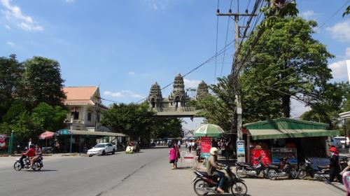 ひさびさの休暇なので、たまには東南アジアへでも。。。ということで生まれてはじめてのタイとカンボジアに行ってみました。中年のおっさんが一人でブラブラする旅なので、グルメやおしゃれスポット的な内容は一切ありません。<br /><br /><全旅程> ■は現在の行程<br /> 12/20 日本 -> バンコク<br />    http://4travel.jp/travelogue/11088700<br /> 12/21 バンコク->アユタヤ<br />    http://4travel.jp/travelogue/11089156<br /> 12/22 アユタヤ<br />    http://4travel.jp/travelogue/11089436<br /> 12/23 アユタヤ -> バンコク -> シェムリアップ<br />    http://4travel.jp/travelogue/11089583<br /> 12/24 プレア ヴィヘア/コー ケー/ベン メリア<br />    http://4travel.jp/travelogue/11089876<br /> 12/25 シェムリアップ、アンコール ワットと周辺遺跡<br />    http://4travel.jp/travelogue/11090334<br /> 12/26 シェムリアップ、バイヨンと周辺遺跡<br />    http://4travel.jp/travelogue/11090334<br /> 12/27 シェムリアップ、バンテアイスレイ、チャウ スレイ ヴィヴォル、ロリュオス<br />    http://4travel.jp/travelogue/11091792<br />■12/28 シェムリアップからバンコクへバス移動、スワンナブーム空港へ<br />    http://4travel.jp/travelogue/11092339<br /> 12/29 バンコク -> 帰国