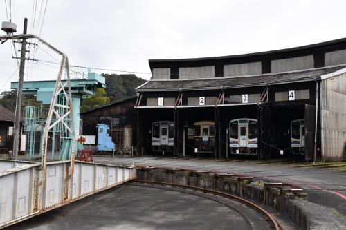 天竜浜名湖鉄道天竜二俣の旧機関区に、昭和15年に開通した国鉄二俣線当時の転車台や扇形車庫、鉄道備品を集めた鉄道歴史館などがあります。<br /><br />転車台では車両をのせて動かすところが見られ、天竜二俣駅では開業当初の古い駅舎とプラットホームが見られます。<br /><br />鉄ちゃんだけでなく、親子連れにも人気のある見学ツアーは毎日開催されています。<br /><br />昭和を思い出すことができる鉄道施設が十分揃っています。<br />
