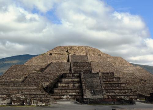 早朝、地下鉄に乗り、バスターミナルを目指す。<br /><br />目指すは世界遺産の『テオティワカン』。<br /><br /><br /><br />昨年出会ったNちゃんが勧めた「登れるピラミッド」だ。<br />エジプトのピラミッドは、登頂出来ない。<br />ココも、いつ禁止になるか解らない。<br /><br />ならば「今のうちに行っちゃえ!」と言うことで、早起きした。<br /><br /><br />