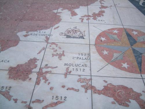 8日間の旅も佳境に入った。スペインからポルトガルへ戻った旅も、リスボンへもどる日程に入る。正直言って、この数日は見るものがみな世界遺産の、修道院や大聖堂であり、すでにこんがらがってきたというのが本当のところで、帰宅してゆっくり整理するつもりになっていた。<br />ポルトの2泊目を終えて一日かがりでリスボンへ、そして翌日はリスボンの市内観光をすることしになる。もっともリスボンは見るものが多すぎる。ゆっくり数日かけてみるほうが良いと思う。<br /> 写真は発見のモニュメントの地に地面に書かれた世界地図だ。占領したところは国名をいれて年号が記載されている。もちろん日本は占領されていない理由か国名はない。1541年と発見の年が記載されているようだ。ツアーの同行者は年寄りが多かったせいか、靴で特定の国を踏んづける行為もあって、やはり思いはおなじかと思ってしまった。