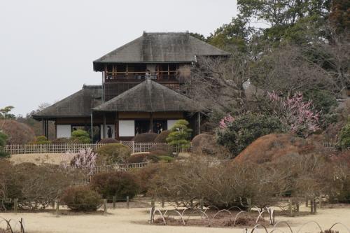 3月 11日、曇り<br />初めての水戸 #1 - 徳川斉昭設計の偕楽園 「好文亭」です。梅の季節に合わせて、日本三名園の一つで、梅の名所として有名な「偕楽園」を訪れました。水戸を訪れるのは初めてです。1842(天保13)年に水戸藩第9代藩主、徳川斉昭公が造園し、領民みんなで楽しむ場となるように「偕楽園」と命名されたそうです。<br /><br />写真は、徳川斉昭が設計した偕楽園の中の別邸「好文亭」です。眺めが素晴らしいお屋敷で、大勢の観光客に交じって、外国の方も訪れていました。梅の季節がお勧めですね。<br /><br />偕楽園 http://www.koen.pref.ibaraki.jp/park/kairakuen01.html<br />速報偕楽園 http://www.kairakuen.u-888.com/<br /><br />先日、日本三名園の一つ、金沢・兼六園を再訪したばかりですが、水戸・偕楽園は好文亭と奥御殿が良かったです。<br /><br />北陸新幹線で行く!美食の金沢と加賀・山代温泉 ダイジェスト<br />http://4travel.jp/travelogue/11106686<br /><br />下記3つの旅行記に分けて投稿します。<br /><br />■ 偕楽園・好文亭<br />□ 偕楽園・梅林<br />□ 弘道館