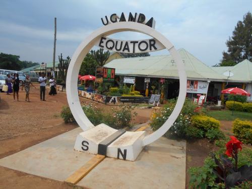 年末年始休暇を利用して、アフリカで未訪の地となる「ウガンダ」「ルワンダ」「マラウイ」「タンザニア」を訪れました。移動する上で立ち寄った「カタール」「ケニア」を含め、8日で6ヶ国といういつも通りの弾丸の旅です。<br /><br />各国の歴史・宗教・世界観について、深く語ってはおりません。<br />いつものお気楽な「なんちゃって旅行記」をご紹介します。<br /><br /><br />≪全行程≫<br /><br />1日目:夜、成田→ドーハ       [カタール航空]<br /><br />2日目:早朝、ドーハ→エンテベ   [カタール航空] <br />http://4travel.jp/travelogue/11114267<br />    午後、カンパラ市内散策。<br />http://4travel.jp/travelogue/11115665<br /><br />3日目:午前、マタツで赤道往復。<br />    午後、カンパラ市内散策。<br />        ≪★今回のお話はココです≫<br />http://4travel.jp/travelogue/11116019<br /><br />4日目:朝、バスでキガリへ。<br />    夜、キガリ着。<br />http://4travel.jp/travelogue/11116965<br /><br />5日目:深夜、キガリ→ナイロビ  [ケニア航空]<br />    昼、ナイロビ→ダルエスサラーム [ケニア航空]<br />http://4travel.jp/travelogue/11117244<br />    夕方、ダルエスサラーム→リロングウェ[マラウイアン航空]<br /><br />6日目:終日、リロングウェ市内散策。<br />http://4travel.jp/travelogue/11118535<br />    <br />7日目:午後、リロングウェ→ダルエスサラーム[マラウイアン航空]<br /><br />8日目:午前、ダルエスサラーム市内散策。<br />http://4travel.jp/travelogue/11119244<br />    夕方、ダルエスサラーム→ドーハ [カタール航空]<br /><br />9日目:深夜、ドーハ→成田    [カタール航空]<br /><br /><br />