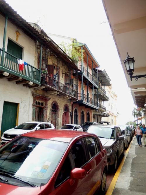 """運河から戻った私は、パナマ・シティを歩くことにした。<br /><br /><br /><br />旧市街地の『カスコ・ビエホ』地区は、世界遺産にも登録されている。<br />交通の""""要""""として古くから栄えた町と、高層ビル群が建ち並ぶ新市街。<br />いろいろな顔が交差する十字路。<br /><br /><br /><br />そんな街中をぶらついてみた。<br /><br />"""