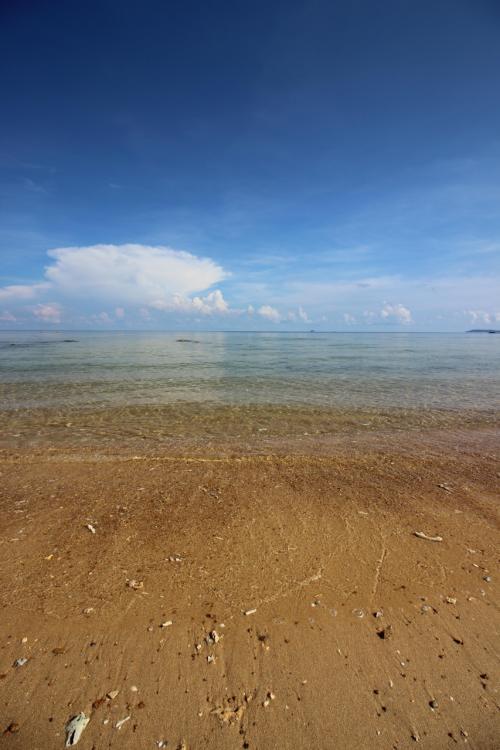 前々から気になってたティオマン。でも海があまりきれいな感じがしないんで、なかなか実現しなかったのだが。。。やっと重い腰を上げていくことに。<br /><br />ティオマンの宿はベルジャヤがよかったけど、前のビーチでシュノーケルできなそうだったんで、シュノーケルできてそこそこのお宿をチョイス。ティオマンは潮汐でフェリーの時間が変わるので、ベルジャヤ航空でサクッと飛びたかったのだが。。。シンガポール-ティオマン間は飛んでない???で、宿にフェリーの時間を聞くと、まだわからないけど、毎日数便あるから港に着いたら、最適なのに乗ればいいと。<br /><br />その言葉を信じた私が悪かった。。。4/20に送られてきた宿からのメール。スケジュールを見ると、行きはメルシン17時発。帰りは朝7時か9時の二択。。。母上がそのスケジュールみて、キャンセル!!!と。そしてJBからコタバルに移動すると。<br />で、宿にメールすると3週間切ってるからキャンセル受け付けないと。。。数便あるって言ったよね、2便は数便とは言わんとメールしても、別の港からのフェリーを合わせれば3便あると。。。感じの悪そうな宿に渋々行くことに。。。<br /><br />★5/3 0:20 HND-SIN  ティオマン泊<br />★5/4<br />☆5/5 <br />☆5/6ジョホールバル泊<br />☆5/7 22:15 のフライト<br />☆5/8 6:00 羽田着<br /><br /><br />