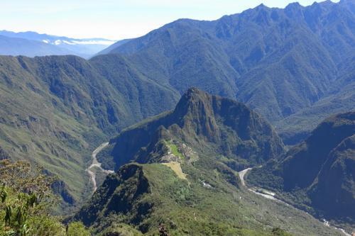 2016年のGWは念願のペルー。ホテル5泊、機内2泊のショートトリップでした。<br /><br />その6は、標高3060mのマチュピチュ山登山。頂上からの絶景は、途中の苦しさを忘れさせてくれるほど!<br /><br />・サンクチュアリロッジの朝食とホテル内、朝のお散歩<br />・インカ道からマチュピチュ山入山口へ<br />・花や景色に癒やされながら登る、1.5時間<br />・マチュピチュ山頂からの素晴らしい眺め<br />・下りも大変<br />・山を降りて、マチュピチュ村へ<br />・ビスタドームでオリャンタイタンボへ<br /><br />表紙写真は、マチュピチュ山頂からの景色。遺跡とワイナピチュ、さらにその奥の高い山、蛇行するウルバンバ川が一望に。
