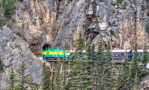 <br /> アラスカクルーズで もっとも 行きたかった スキャグウエイの<br /><br /> ユーコン鉄道 !!<br /><br /> カナダの大自然の中を 列車で 走る 3時間 半・・・<br /><br /> アラスカクルーズは 2回目ですが 前回は無かったので<br /><br /> とても楽しみにしていました〜<br /><br /> 雪山の中を 走る 列車の中から 美しい景色が 眺められ 最高〜<br /><br /> ほとんどの時間を 外で 写真を撮っていたのですが <br /><br /> 好きな雪山が 流れるように 走り去る・・・<br /><br /> 貴重で 忘れられない 映像でした〜<br /><br />5日 カナダプレイス観光 ホテル泊<br /><br />・6日 バンクーバー出港<br /><br />・7日  at sea<br /><br />・8日 メンデルン 氷河<br /><br />・9日 ジュノー<br /><br />・10日 グレーシャー・ベイ 国立公園 観光<br /><br />・11日 ケチカン 観光<br /><br />・12日 at sea<br /> <br />・13日 バンクーバー 帰港 キャピラノ渓谷 観光 ホテル泊<br /><br />・14日 グランアイランドビル 観光 ホテル泊<br /><br />・15日 12時 ホテルチェックアウト 空港へ<br /><br />・16日 羽田空港経由 神戸空港 夜 帰宅