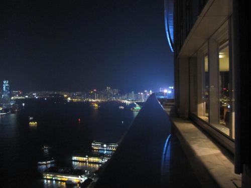 香港大好きリピーターです。<br /><br />秋は上海蟹が楽しみ、食欲飲飲欲。<br />夏休みのフォーシーズンズ(コオリナ)はハズしましたが、ハワイ後の香港調査中、フォーシーズンのHPで「スイート満喫! 3泊目無料プラン 」を発見^^<br />フォーシーズンズ香港(以下、FS)は、オープン後すぐに滞在して以来。MTRからの距離など立地の不便さからリピートしていなかったのですが、プロモーションにあっさり釣られました。<br />約10年ぶりの滞在です。<br /><br />航空会社:ANA<br />ホテル:フォーシーズンズ香港 3泊