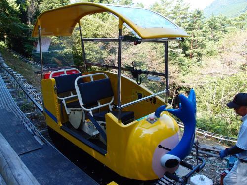 自分の中で超話題の奥祖谷モノレールに乗ってきました。<br />奥祖谷モノレールは、徳島県の大歩危から車で1時間も山間の僻地にあり、 高低差590m最大傾斜40度、1時間10分間乗りっぱなしのステキな乗り物です。<br />みかん畑にある作業用モノレールとほど同じ構造で、幅8cmほどのレールに二人の乗り物で山の中を散策します。<br />トイレはもちろんないので、事前の準備が必要。