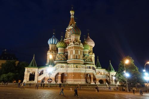 2016年の夏は、ずっと行きたかったキジ島の木造教会を見に、ロシアに行ってきました。<br /><br />その3は、赤の広場。昼と夜の2回、じっくり楽しみました。ワシリー寺院にも入りましたよ。<br /><br />・昼食はサボイ・ホテルで<br />・ワシリー寺院裏手から赤の広場へ<br />・ワシリー寺院、クレムリンの城壁、スパスカヤ塔、レーニン廟など<br />・グム百貨店でアイスを食べる<br />・ワシリー寺院に入場<br />・一旦ホテルへ(夕食)<br />・たそがれのモスクワ<br />・夜の赤の広場へ<br />・グム百貨店のイルミネーション<br />・夜のワシリー寺院、スパスカヤ塔など<br />・歩いてホテルまで<br /><br />表紙写真は、夜のワシリー寺院。極彩色のドームは、青空よりも夜空が似合う気がしました。