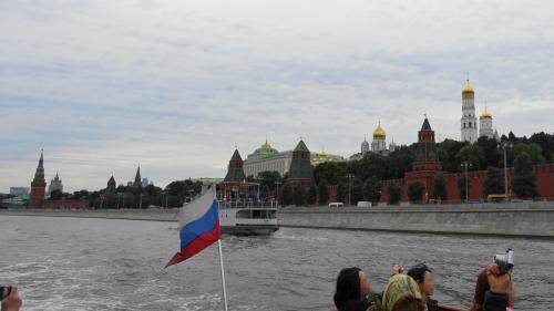 2016年の夏は、ずっと行きたかったキジ島の木造教会を見に、ロシアに行ってきました。<br /><br />その4は、トレチャコフ美術館とモスクワ川クルーズ。トレチャコフ美術館は2時間強かけて、じっくり鑑賞しました。ロシア美術の宝庫で、特にルブリョフのイコンが感動的でした。<br /><br />・バスでトレチャコフ美術館へ<br />・肖像画いろいろ<br />・「見知らぬ女」で有名なクラムスコイ<br />・情念がせまってくるヴルーベリ<br />・イコンいろいろ、特にルブリョフが素敵<br />・バスでレストランへ(ホワイトハウスやらスターリン建築やら)<br />・レストランでロシア料理を堪能<br />・愛の橋<br />・モスクワ川クルーズ(クレムリンを外からじっくり)<br />・夕食はレストラン・トゥーランドットで<br /><br />表紙写真は、モスクワ川クルーズの様子。クレムリンの直ぐそばを通りました。