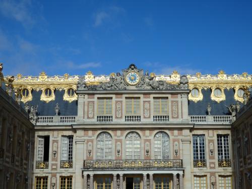 まず、宮殿と言って一番最初に思い浮かべるのが、このヴェルサイユ宮殿という人も多いのではないでしょうか。<br /><br />日本でもユネスコの世界遺産がクローズアップされるようになって、もう大分経ちますが、それ以前はあまり大きくとりあげられる事もなく、ちょっとした世界の旅番組ぐらいでしか、情報を得られない時代もありました。<br /><br />ですが、今はインターネット社会。情報量も多いです。<br />自由にあちこち旅に出られますし、旅の情報も豊富です。<br /><br />そんな中、ヴェルサイユ宮殿は、池田理代子の「ヴェルサイユのばら」でもお馴染みですから、かなりの方々が、以前から周知していたお城とも言えます。<br /><br />それでは、時代を巻き戻して、17世紀に戻ってみましょう。<br /><br /><br /><br /><br /><br />★★★今回の旅程は下記のとおりです。★★★<br /><br />2016年8月19日(金)<br />JAL415便にて成田からパリ・シャルルドゴール空港へ<br />↓<br />8月20日(土)パリの市内観光<br />↓<br />8月21日(日)ヴェルサイユ宮殿<br />モン・サン・ミッシェルへと移動<br />↓<br />8月22日(月)モン・サン・ミッシェル観光<br />↓<br />パリへ<br />↓<br />TGVでジュネーブへ<br />↓<br />8月23日(火)<br />ユングフラウへ<br />↓<br />8月24日(水)<br />↓<br />ファドーツ(リヒテンシュタイン)<br />↓<br />ザンクト・ガレン<br />↓<br />8月25日(木)<br />ノイシュバンシュタインへ<br />↓<br />ヴィース教会<br />↓<br />ローテンブルク<br />↓<br />8月26日(金)<br />ライン川クルーズ<br />↓<br />フランクフルト<br />↓<br />JAL408便にてフランクフルトから成田へ<br />帰国<br />