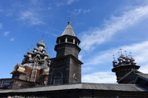 2016年の夏は、ずっと行きたかったキジ島の木造教会を見に、ロシアに行ってきました。<br /><br />その8はいよいよ今回の旅のハイライト、キジ島観光です。プレオブラジェンスカヤ教会、鐘楼、ポクロフスカヤ教会のほか、徒歩と馬車でキジ島の南半分をじっくり観光しました。お天気にも恵まれ、教会ではポリフォニーやすばらしい鐘の演奏も聞けて、大満足の1日となりました。<br /><br />・水中翼船でキジ島へ<br />・湿原の木道を通って教会へ<br />・プレオブラジェンスカヤ教会、鐘楼、ポクロフスカヤ教会のコンプレックス<br />・富農の家と農作業、木工<br />・草原の向こう、風車とミハエルの礼拝堂、ラザロ復活教会<br />・馬車に乗ってキジ島の中央部分へ<br />・民家と礼拝堂<br />・再び鐘楼へ。鐘楼に上る<br />・名残を惜しみながらペトロザヴォーツクに戻ります<br /><br /><br />表紙写真は、青空の下のプレオブラジェンスカヤ教会、鐘楼、ポクロフスカヤ教会。