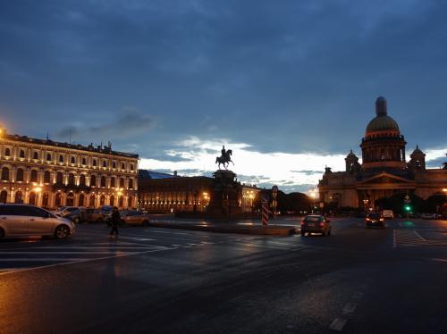 2016年の夏は、ずっと行きたかったキジ島の木造教会を見に、ロシアに行ってきました。<br /><br />その10は、キジ島から戻ってから歩いたサンクトペテルブルクの記録。<br /><br />・都会に戻ってきた<br />・夕食はタレオン・インペリアルで<br />・夜のモイカ川と聖イサク広場<br />・朝、ストリェールカへ<br />・ネヴァ川<br />(・エルミタージュ美術館)<br />・昼はサドコ<br />・再びイサク聖堂<br />・血の上の救世主教会<br />・ロシア博物館<br />・カザン聖堂<br />・ネフスキー大通り<br />・夜は、ホテル(アストリア)で食事<br /><br />なお、エルミタージュ美術館はその11で詳述します。<br /><br />表紙写真は、聖イサク広場の夜景。