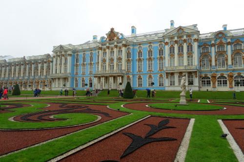 2016年の夏は、ずっと行きたかったキジ島の木造教会を見に、ロシアに行ってきました。<br /><br />その12は、サンクトペテルブルクから足を伸ばして、二つの世界遺産、ペテルゴーフ(ペトロヴァレッツ)の夏の宮殿と、ツァールスコエ・セローのエカテリーナ宮殿へ。生憎の雨でしたが、贅を尽くした宮殿建築を楽しみました。<br /><br />・水中翼船でペテルゴーフへ<br />・雨のフィンランド湾(バルト海)<br />・ピョートル大帝の夏の離宮、並木道と彫刻<br />・噴水いろいろ<br />・カスケードと大宮殿(外観のみ)<br />・昼食はプーチン大統領もお気に入りのPodvoryeで<br />・エカテリーナ宮殿へ<br />・宮殿内の見事な装飾の数々(琥珀の間は撮影禁止)<br />・古い写真<br />・エカテリーナ宮殿の庭園<br /><br />表紙写真は、庭園側からみたエカテリーナ宮殿。