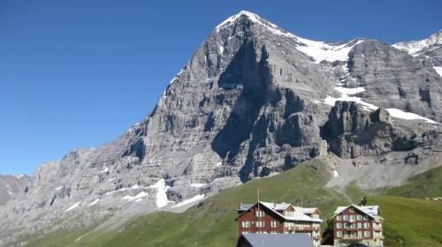 スイスは国土の約60%がアルプス山脈です。<br />そして同時に湖も、かなりの面積を占めています。<br />つまり人が住める所はとても少なく、人口密度はヨーロッパで最も高い国です。イメージとはかなり違います。<br /><br />スイスの歴史は旧石器時代に遡ります。<br />ネアンデルタール人の痕跡も発見されています。<br /><br />また紀元前387年になって、ケルト人がアルプスを越えてローマに進攻しています。<br />このような動きの中で部族的に結合が行われ、スイスの中部に定住した部族がいます。ヘルウェティイ族もその一つです。<br /><br />それと第二次ポエニ戦争では、カルタゴのハンニバルが象を37頭連れてアルプスを越えようとしました。<br /><br />このようにスイスの歴史はとても古いです。<br /><br />そして永世中立国であり、EUには非加盟です。<br />そんなスイスを訪れてみました。<br /><br /><br />
