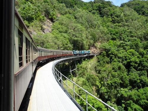 ケアンズの2日目は定番中の定番ツアーの<br />世界遺産キュランダ観光です。<br />事前に日本でVELTRAから予約しておきました。<br /><br /><ツアー名><br />世界遺産キュランダ観光ツアー<br />列車とスカイレールを両方楽しむ&選べる滞在プラン<br /><br />レインフォレステーションに滞在する<br />デラックスプラン(約17,000円)<br />・アーミダック<br />・4つのオプションから1つ選択<br />・昼食<br />・キュランダ村自由散策
