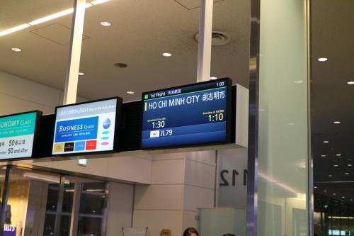 雪の札幌から気温差30度超のホーチミンへ<br /><br />JALのマイレージが貯まっていたので、今回は、マイルにてホーチミン行きをチョイスした。<br /><br />往路は、羽田発の深夜便にて、早朝にホーチミン着<br />日本人に人気の路線だけに機内は、ほぼ満席状態だった。<br /><br />復路は、朝8時にタンソンニャット国際空港発の成田空港行きだ。<br /><br />