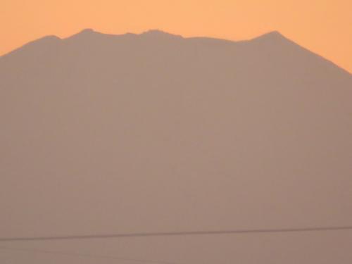1月11日、午後4時20分頃より、4時45分頃までの影富士を撮影した。 山頂付近の吹雪と剣ケ峰〔3776m〕を見ることが出来た。<br /><br /><br /><br />*写真は影富士により剣が峰が見られる・・真ん中付近