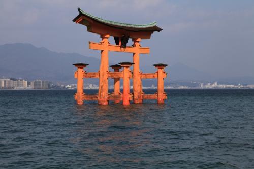 今回は夜勤明けの後2日休みがあったので、急遽何処かへ行こうと旅行の3週間前に計画<br />相変わらずの弾丸一人旅。<br />以前から行きたかった場所でホテルや航空券の兼ね合いで初めての広島へ<br /><br />広島市は友人と訪れる約束だったので、市内は観光せずに今回は宮島1泊のみ<br /><br />日の出・日の入り・満潮・干潮。様々な厳島神社をゆっくり撮影し、宮島散策<br />あいにくの天気で日の入り・日の出は微妙でしたが、徘徊かってくらい歩き回って満喫!<br />ホテルはゲストハウス利用。<br />オーナーも、ゲストハウス自体の雰囲気も良くまた宮島に宿泊するときは利用したいです。<br /><br />往路:Spling Airlines利用で成田→広島<br />復路:JAL利用で広島→羽田