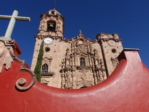 2017年のお正月休み、冬は暑い所に行こうと2度目のメキシコへ。前回はメキシコシティとユカタン半島を巡ったので、中央高原を中心に回りました。<br /><br />その5は銀で栄えた世界遺産、グアナファト。街歩きの前に、丘の上の街、バレンシアーナへ。かつては全世界の銀産出量の25%を占めていたこともあるとのこと。現在も操業している銀鉱山と、かつての坑道口を見学し、鉱山主が寄進した絢爛豪華な祭壇が残る、バレンシアーナ寺院を訪問しました。<br /><br />・グアナファトとは「蛙の住む山がちな場所」の意味<br />・ホテル到着<br />・夜はホテルそばの創作メキシコ料理へ<br />・翌朝、絢爛豪華なバレンシアーナ寺院<br />・ノパル坑道は閉まっていた<br />・サンラモン坑道の見学<br />・操業中の鉱山<br />・展望台からグアナファト遠望<br /><br />表紙写真は、青空に映えるバレンシアーナ寺院の外観。