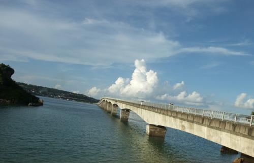 """夏休み、2泊3日沖縄旅行の前編です。<br /><br />東京/羽田(HND)←→沖縄/那覇(OKA)は、<br />JAL First Class。<br />那覇空港からは、ゆいレール。<br />そして島内の移動はレンタカーです。<br /><br />本日は移動日なのですが、<br />ホテルCheck-in の前には有名スポット<br />「古宇利大橋」に立ち寄りました。<br /><br />歩きや暑さ、そして混雑とは全く無縁な<br />""""完璧な旅行""""を目指しました。<br /><br />宜しくお願いいたします。"""