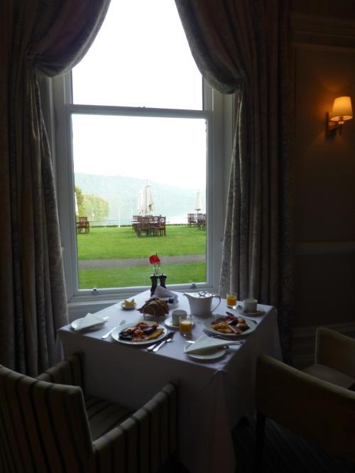 ウィンダミア湖畔にたたずむローラアシュレイ ホテル ザ ベルズフィールドでの食事は<br />このイギリス旅行で 最も楽しみにしていたものの一つです。<br />このホテルのレストランは 宿泊客でなくても アフタヌーンティーやディナーを楽しめるようです。<br />真夏なのに 夕暮れ時には 涼しくなり 日が暮れてからは 外では寒いぐらいでした。