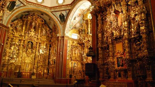 2017年のお正月休み、冬は暑い所に行こうと2度目のメキシコへ。前回はメキシコシティとユカタン半島を巡ったので、中央高原を中心に回りました。<br /><br />その8はケレタロとメキシコシティの間にある、テポツォトランのサンフランシスコハビエル教会。銀の道ぞいとはいえ、なぜここにこれほどまで豪華絢爛な教会があるのかと驚かされます。修道院を改装した博物館と一体になっていて、教会には博物館を通って入ることに鳴ります。<br /><br />・ケレタロからテポツォトランへ。のどかな道<br />・サンフランシスコハビエル教会のファサード<br />・博物館<br />・ウルトラバロックの至宝、黄金の祭壇<br />・博物館続き<br />・教会ファサードと石の十字架<br />・帰りの飛行機から見たメキシコシティの夜景<br /><br />表紙写真は、テポツォトランのサンフランシスコハビエル教会、主祭壇から右方向を見たところ。