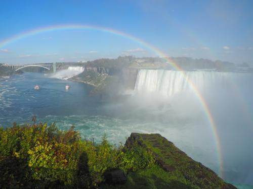 """久しぶりのカナダ旅。<br />バンクーバーまでのチケットは早々に入手したものの、さて、カナダのどこに行こう?<br /> 夏&秋のオーロラ? カナディアンロッキー? 鉄道の旅???<br /> 迷った結果、訪問時期にぴったりの""""メイプル街道""""を訪れることにしました。<br />ケベック、モントリオール、そしてナイアガラと紅葉&自然を求めて旅します。<br /><br /><br /> 9月30日(金) 北京→羽田→バンクーバー <br /> 10月1日(土) バンクーバー→ケベック<br />10月2日(日) ケベック観光        <br /> 10月3日(月) ケベック→モントリオール <br />10月4日(火) ロレンシャン観光      <br />10月5日(水) モントリオール→ナイアガラ   ←旅行記はココ<br />10月6日(木) ナイアガラ→バンクーバー→羽田<br /> 10月7日(金) →羽田<br /> 10月8日(土) 羽田→北京"""