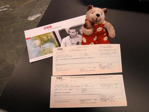 2016年9月30日-10月6日まで3度目の訪問となるプラハを一人旅してきました。以下、旅行の日程で、ここでは9月30日の様子をまとめました。<br /><br />9月30日 ウィーンから列車でチェコのプラハへ<br />10月1日 プラハ散策(レトナー公園、ミュシャ「スラヴ叙事詩展」、ラピダリウムなどを見学)<br />10月2日 プラハ散策(Hanavsky Pavilon、王宮庭園などを観光後、夜はヒベルニア劇場でバレエ鑑賞)<br />10月3日 プラハ散策(黒い聖母の家、ヴァーツラフ広場、ダンシングビル、射撃島などを観光)<br />10月4日 プラハ散策(インドジシュスカー塔、植物園、イラーセク橋、ペトシーン公園などを観光)<br />10月5日 プラハからエアフラ便で成田へ帰国<br /><br />尚、時折、登場するクマのぬいぐるみはクマクマウー。腕に抱いているのはチビチビフー。私の旅の相棒で、旅行歴16年となるベテランのクマです(^^)。