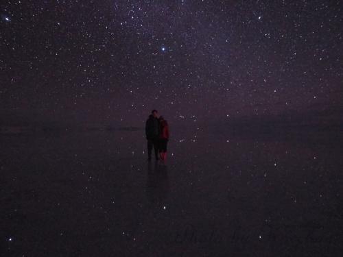満天の星を映す鏡のような湖面、そんな写真を目にした時からいつかは訪れたいと思っていた『ウユニ塩湖』。<br />ウユニに行くなら、同じく一度は訪れたいと思っていた『マチュピチュ』にも行ってみよう!<br />というわけで、今回の旅が決定しました。<br />経由地の観光はナシ。 ウユニ&マチュピチュも駆け足。 かなりタイトなスケジュールになった上にハプニングだらけでしたが、憧れていた光景をこの目で見られた旅は色んな意味で記憶に残る旅となりました。<br /><br />≪スケジュール≫<br />1/23(月) 北京→日本(成田)<br />1/24(火) 日本→ヒューストン→リマ<br />1/25(水) リマ→クスコ       <br />1/26(木) マチュピチュ日帰り観光  <br />1/27(金) クスコ→ラパス→ウユニ  <br />1/28(土) ウユニ          ←旅行記はココ<br />1/29(日) ウユニ→ラパス<br />1/30(月) ラパス→クスコ→リマ<br />1/31(火) リマ→ヒューストン→<br />2/1(水)  →日本(成田)<br /><br />この旅行記では、ウユニ湖のスターライトツアーの様子を記します。
